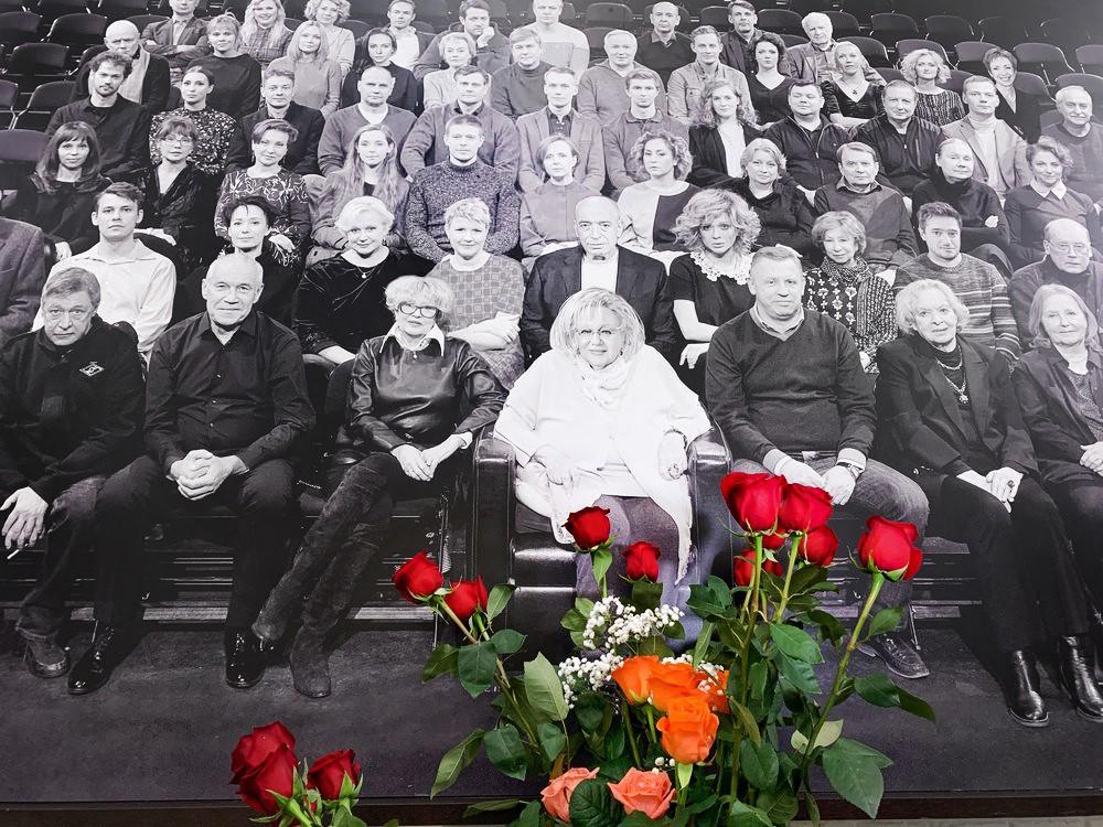 """Цветы у фотографии труппы """"Современника"""" в здании театра"""