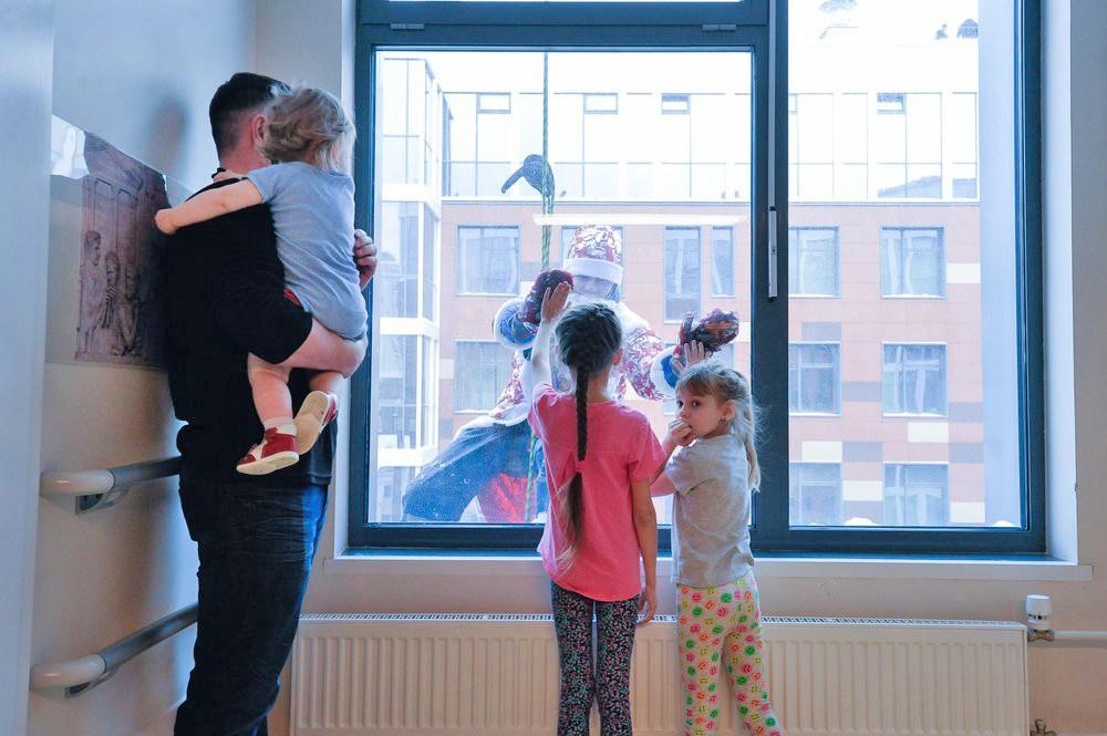 Деды Морозы поздравляют детей в детской больнице