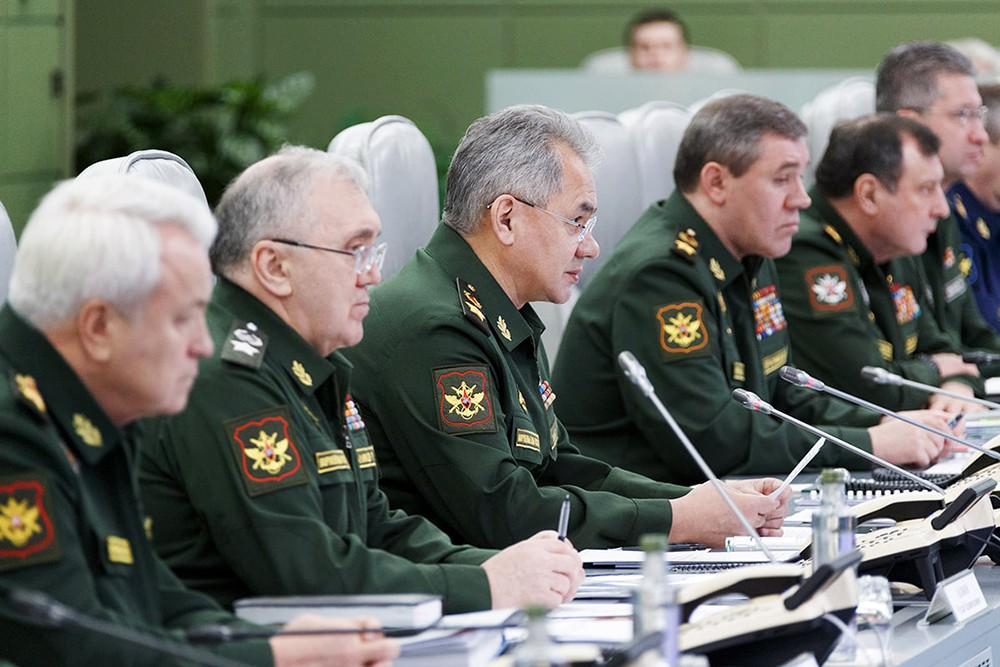 Сергей Шойгу во время селекторного совещания с руководящим составом Вооруженных Сил