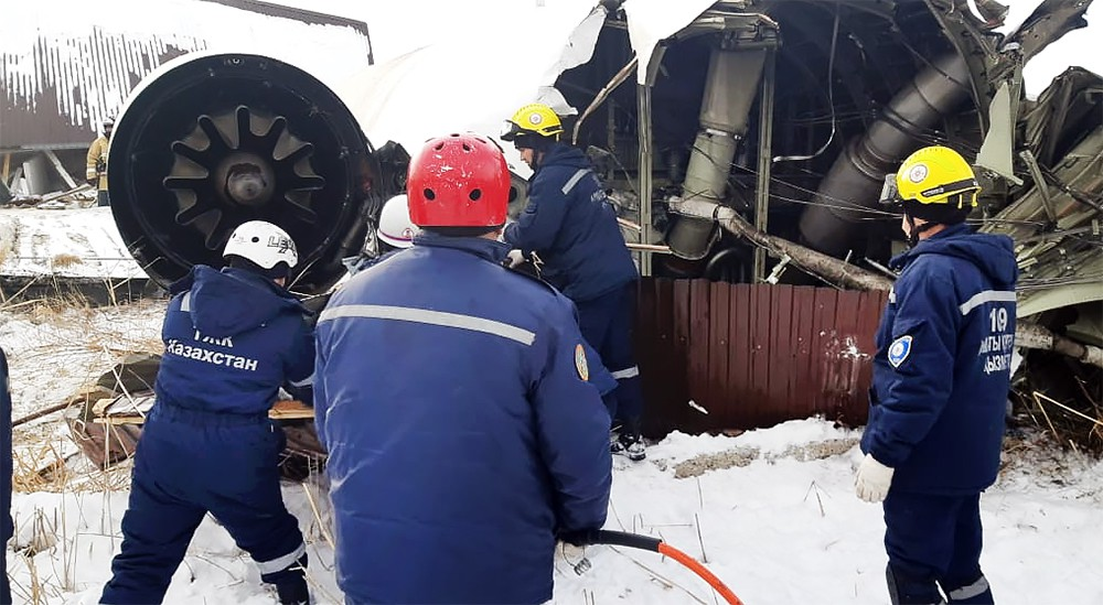 Последствия крушения самолета в Казахстане