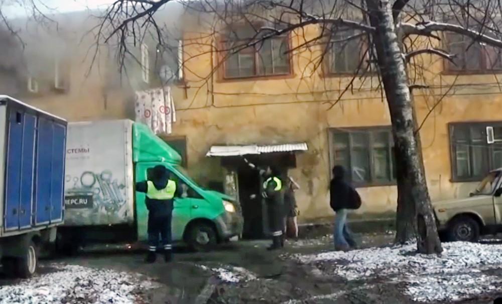 Инспекторы ДПС помогают в спасении людей из пажара