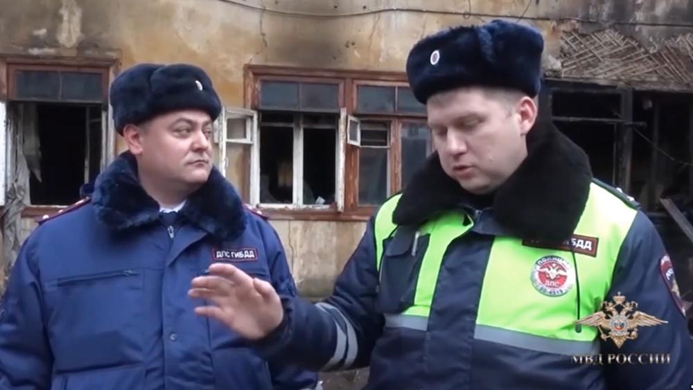 Старшие лейтенанты полиции Дмитрий Булычев и Игорь Помыткин, спасшие людей при пожаре