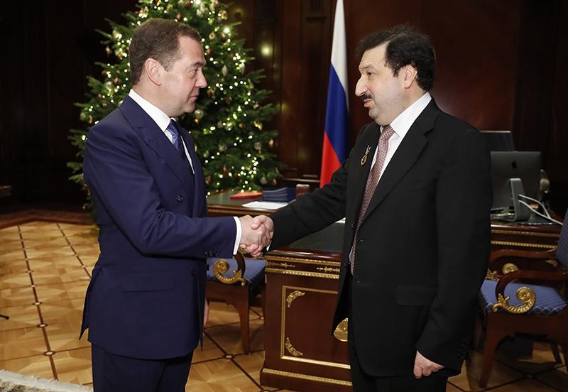 Дмитрий Медведев поздравляет ректора РАНХиГС Владимира Мау