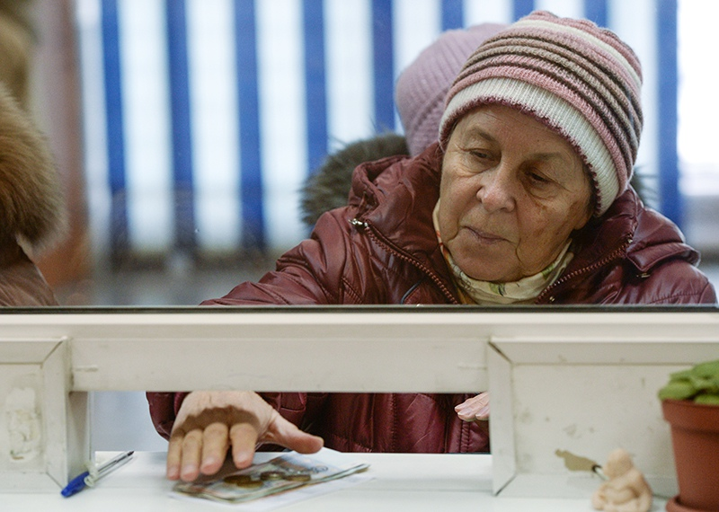 Пенсионер получает пенсию