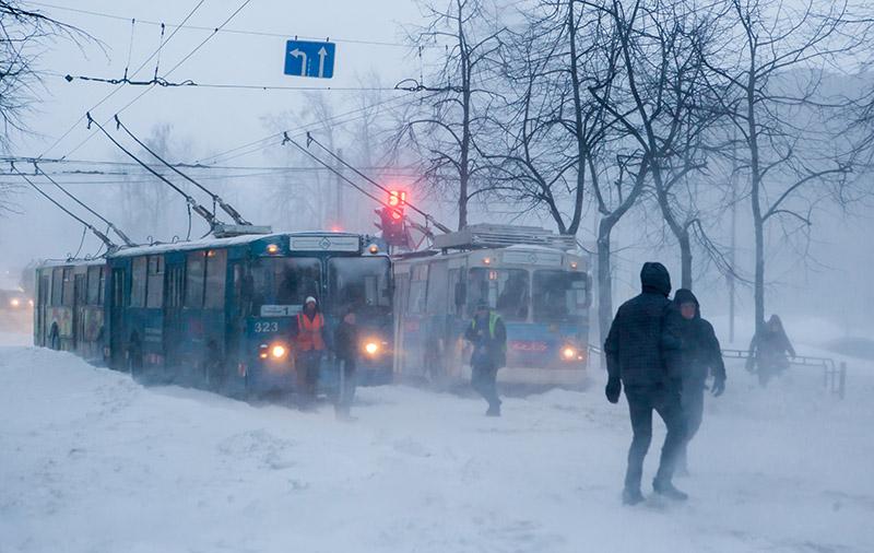 Застрявшие троллейбусы в результате сильного снегопада