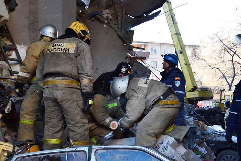 Сотрудники МЧС работают на месте взрыва газа в жилом доме