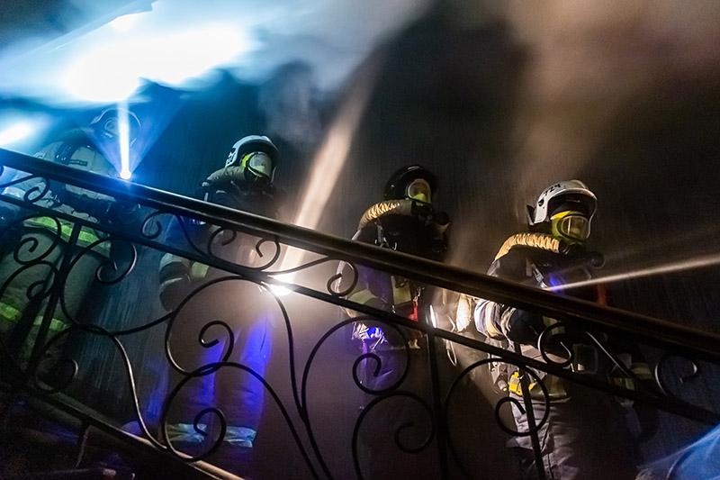 Сотрудники МЧС работают на месте возгорания в жилом доме