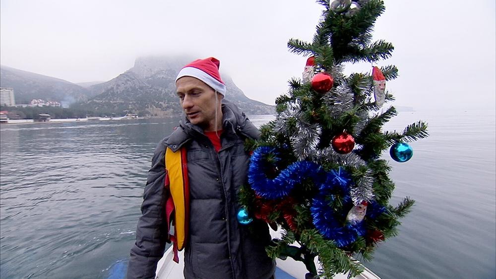 Дайвер держит Новогоднюю елку