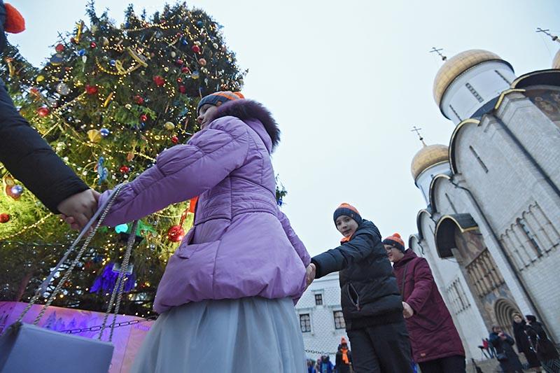 Дети водят хоровод около елки на Соборной площади