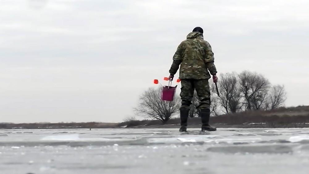Рыбак идет по льду
