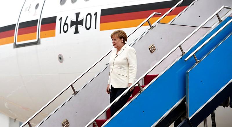 Ангела Меркель впускается по трапу самолета