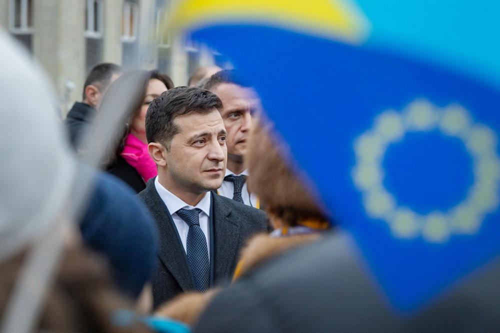 Владимир Зеленский на фоне флага Евросоюза