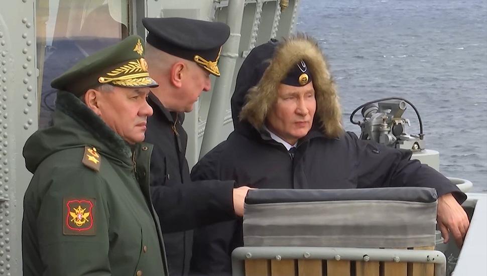 Владимир Путин во время военных учений