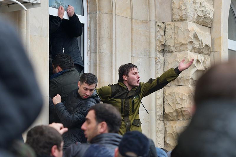 Абхазские оппозиционеры штурмуют здание администрации президента Республики Абхазия в Сухуме