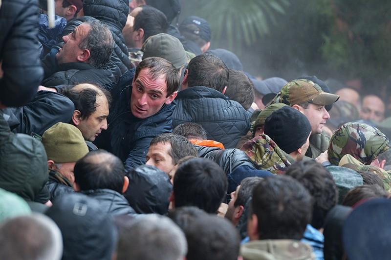 Протестующие в Абхазии