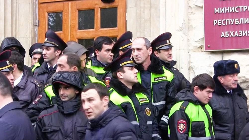 Полиция Абхазии у здания администрации президента