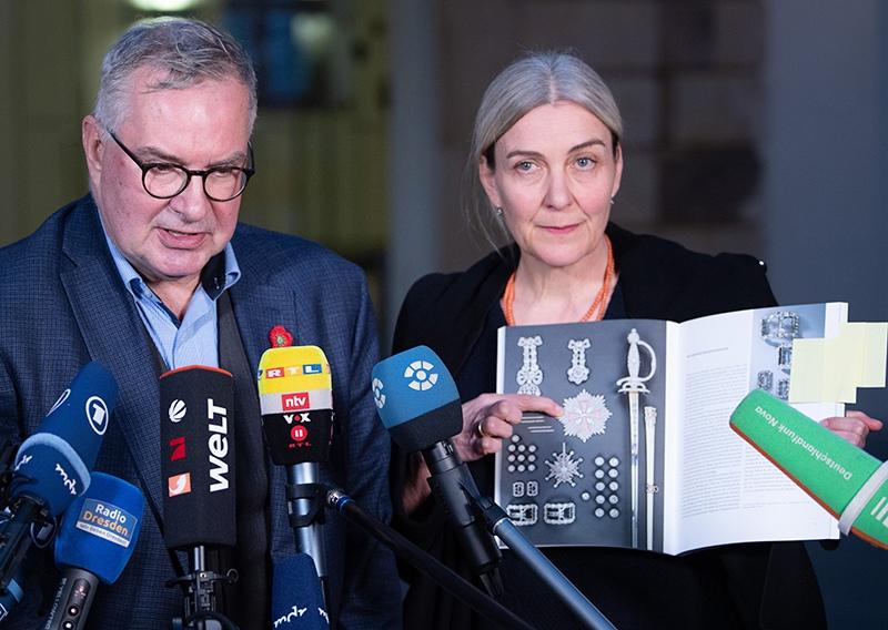 Директор Дрезденской оружейной палаты дмонстрирует фото украаденных украшений
