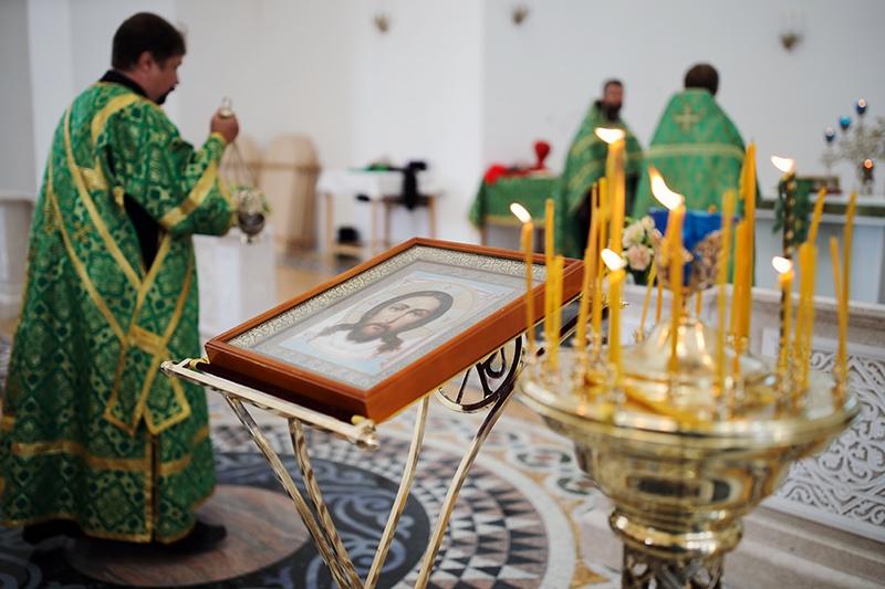Священнослужитель проводит службу в храме