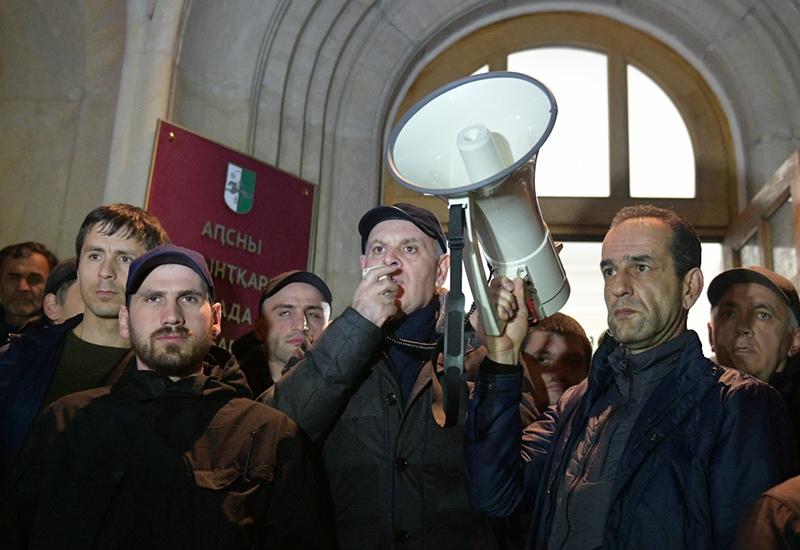 Лидер Блока оппозиционных сил Аслан Бжания во время митинга оппозиции