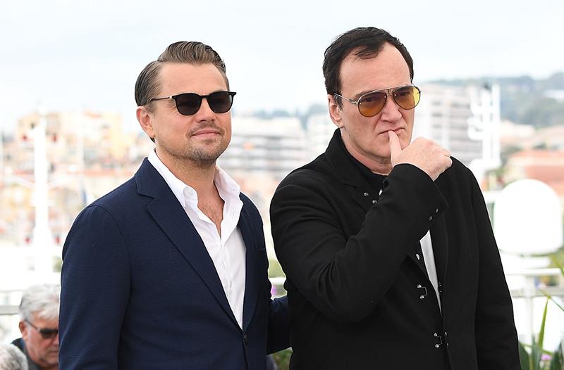 """Режиссер Квентин Тарантино и актер Леонардо ДиКаприо во время фотосессии фильма """"Однажды... в Голливуде"""""""