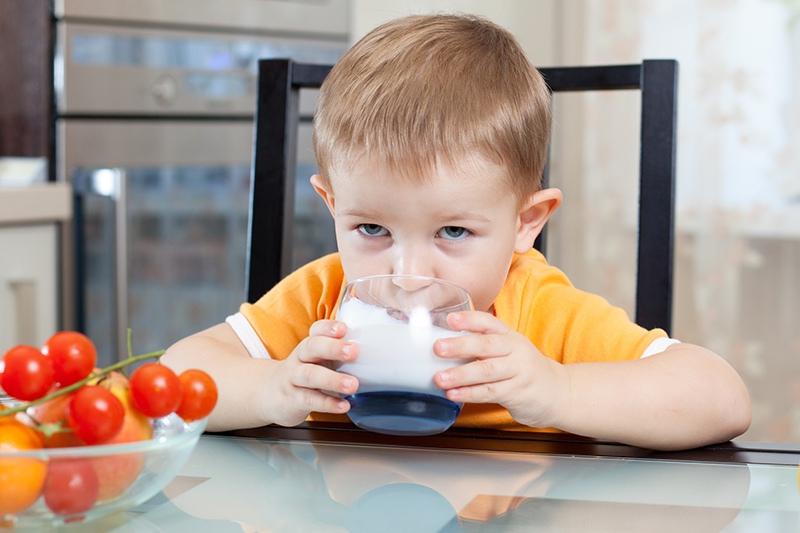 Ребенок пьет йогурт