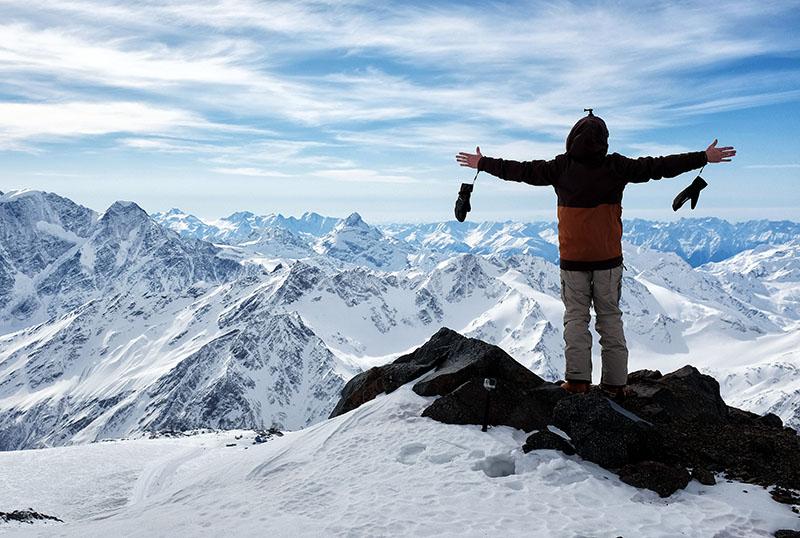 Турист в горах Эльбруса