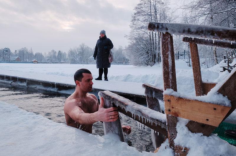 Мужчина во время крещенских купаний