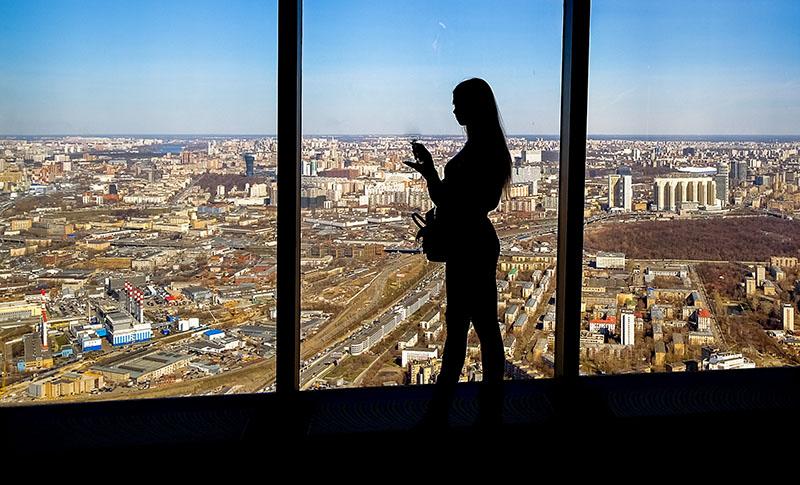 """Посетительница смотровой площадки делового центра """"Москва-Сити"""""""