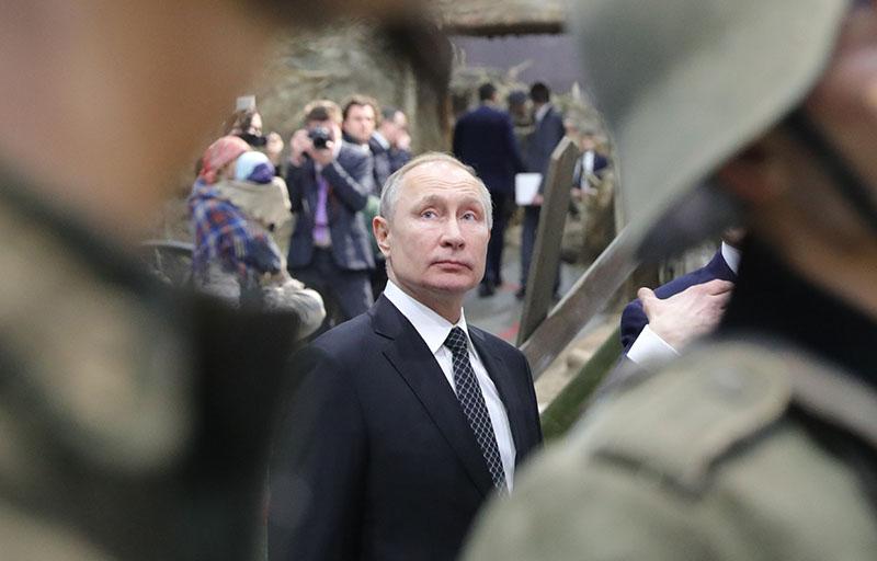 """Владимир Путин во время осмотра экспозиции """"Память говорит. Дорога через войну"""""""