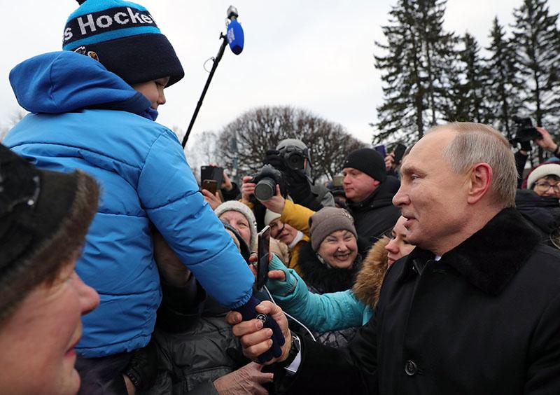 Владимир Путин общается с петербуржцами