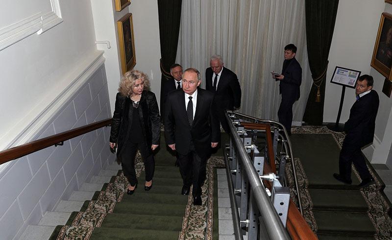 Владимир Путин во время посещения Государственного мемориального музея обороны и блокады Ленинграда в Санкт-Петербурге