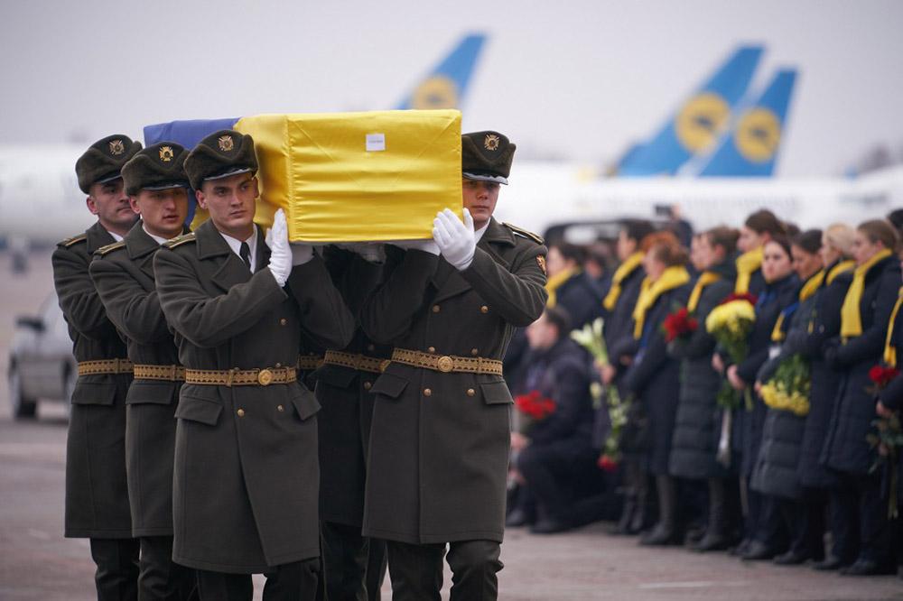Церемония прощания с погибшими в авиакатастрофе украинского самолета в Иране