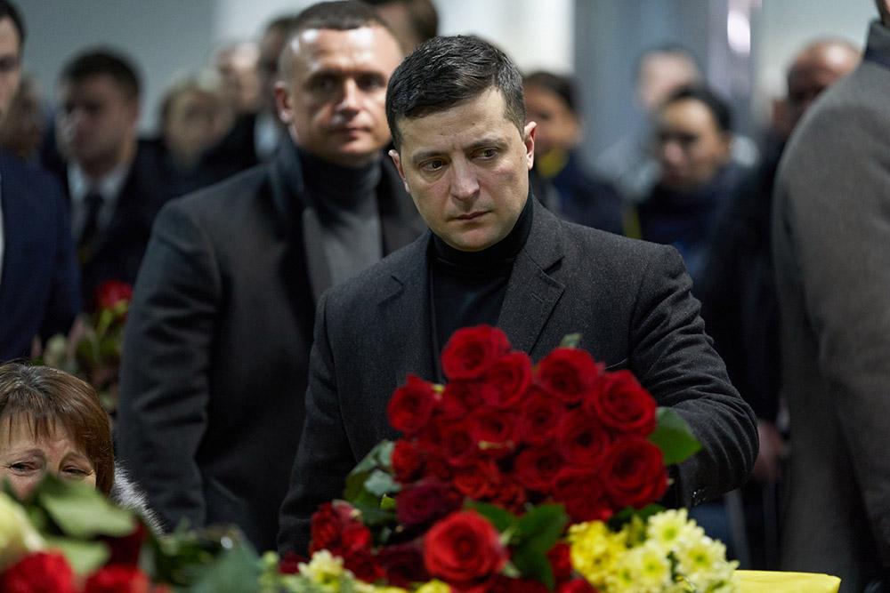 Владимир Зеленский принял участие в церемонии почтения памяти погибших в результате авиакатастрофы