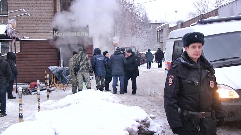 """Сотрудники полиции у мини-отеля """"Карамель"""" в Перми, где произошел прорыв теплотрассы"""