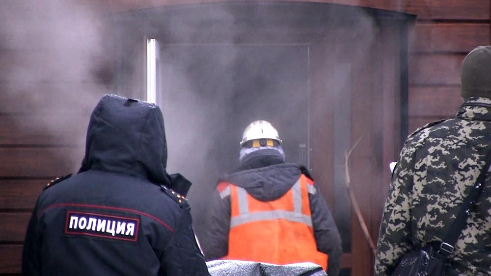 """Экстренные службы у мини-отеля """"Карамель"""" в Перми, где произошел прорыв теплотрассы"""