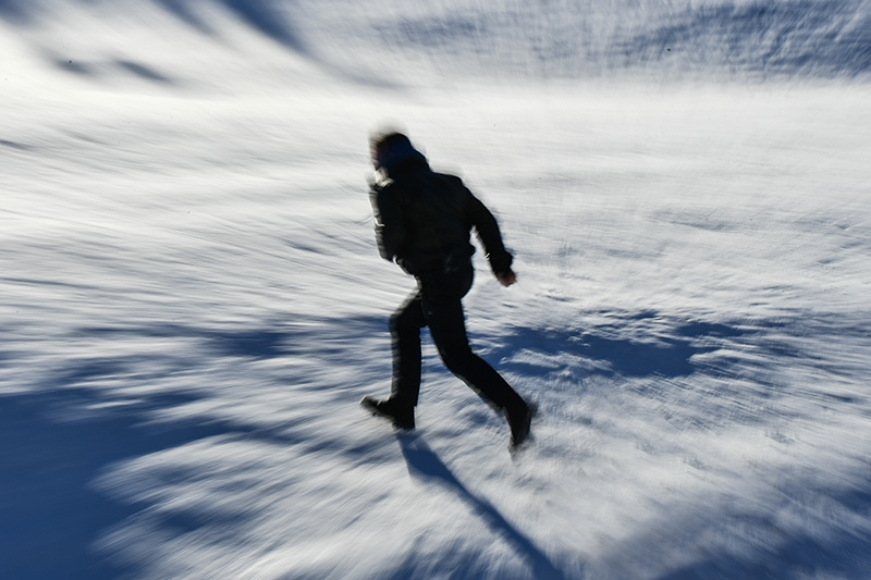 Мужчина бежит по снегу