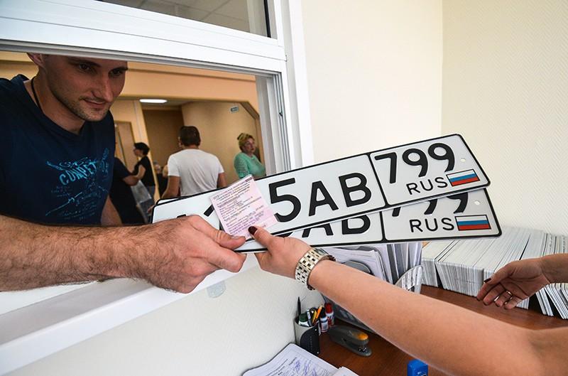 Выдача автовладельцу номерные знаки
