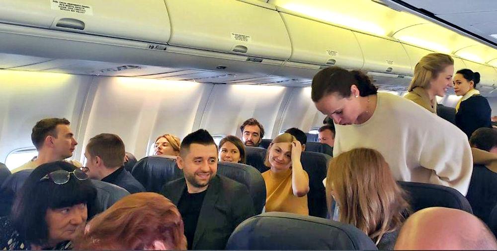 Члены украинской делегации в самолете