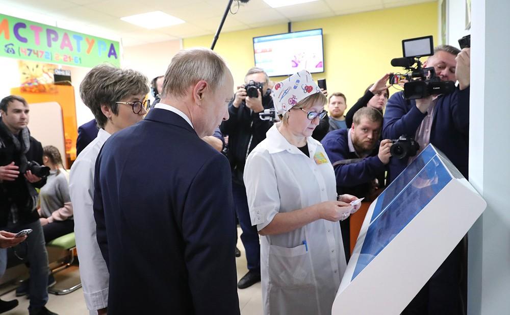 Владимир Путин посетил детскую поликлинику в городе Усман