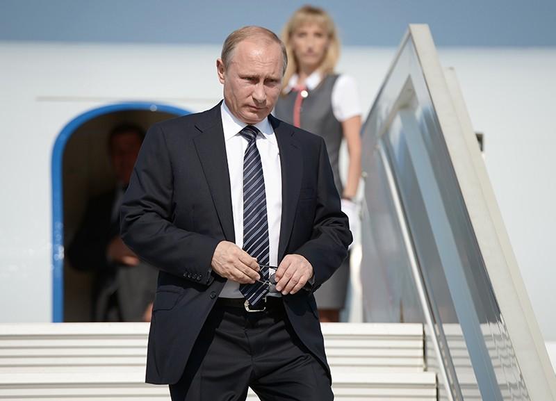 Владимир Путин спускается по трапу самолета