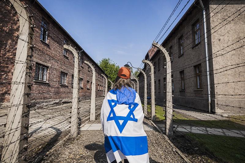 Участник Марша Жизни во время посещения конлагеря Освенцим