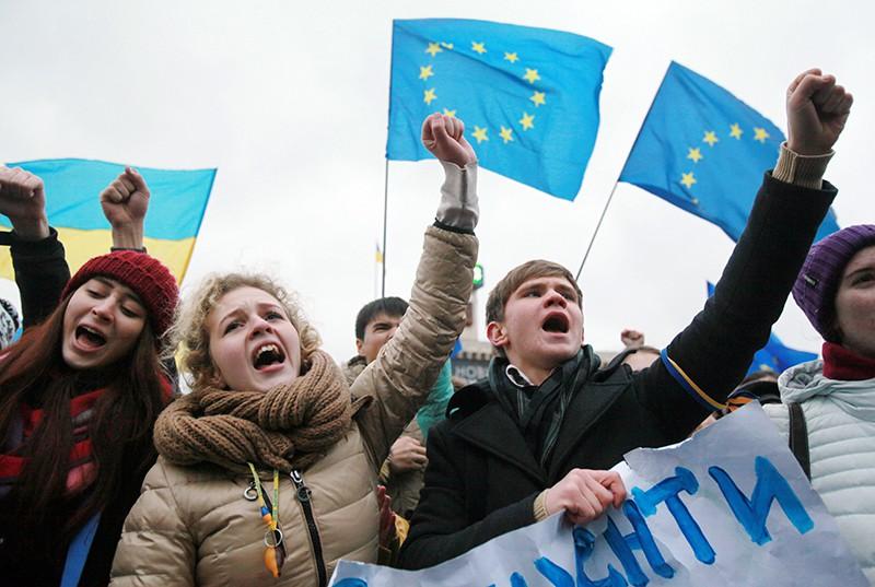 Митингующие за евроинтеграцию Украины
