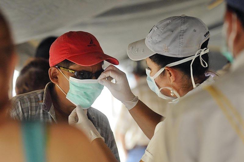 Эпидемиологи обследуют пациента в Китае