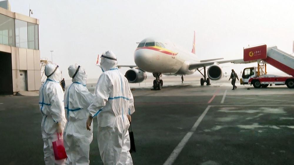 Инфекционисты в аэропорту в Китае