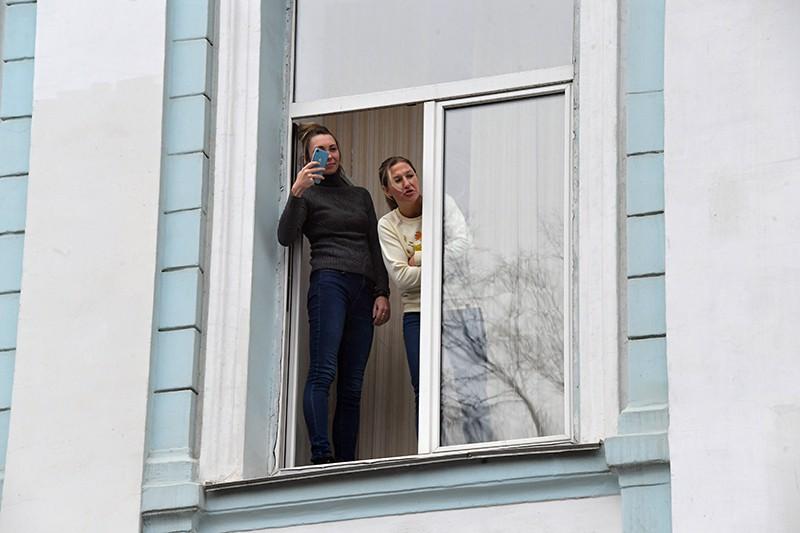 Женщины стоят на окне