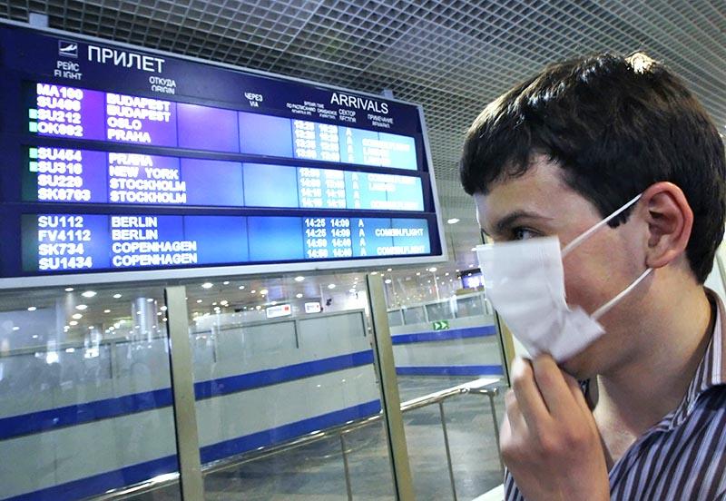Мужчина в медицинской маске в аэропорту
