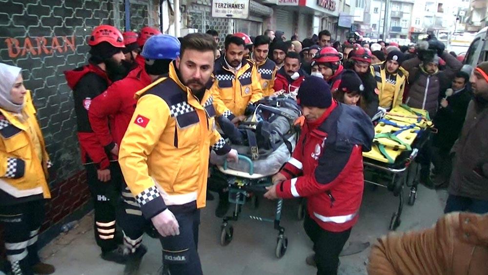 Спасатели Турции эвакуируют пострадавших
