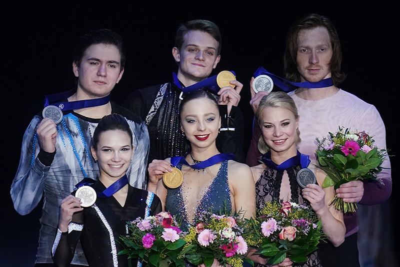 Призеры чемпионата Европы по фигурному катанию среди пар на церемонии награждения
