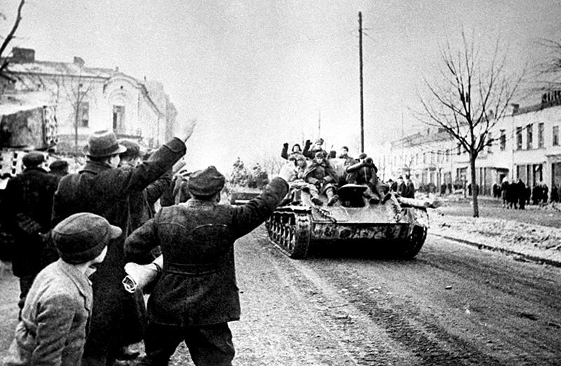 Жители города Ченстохова (Польша) приветствуют советских солдат