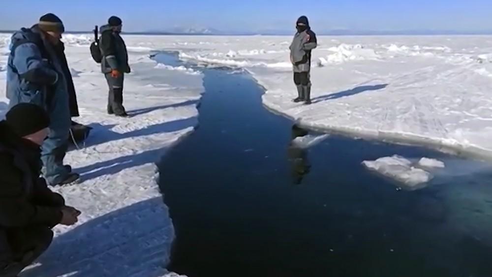 Спасение унесенных на льдине рыбаков